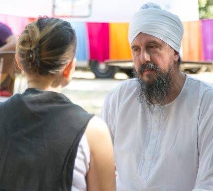 Portrait de Siri Kar Singh en consultation